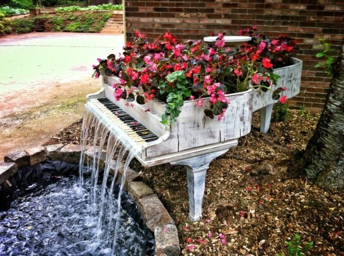 cascade et pot de fleurs en piano à queue récupéré et peint blanc