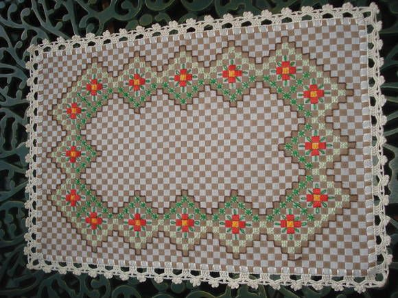 вышивка на ткани в кдетку http://www.pinterest.com/jucmedeiros/bordado-tecido-xadrez-broderie-suisse-chicken-scra/