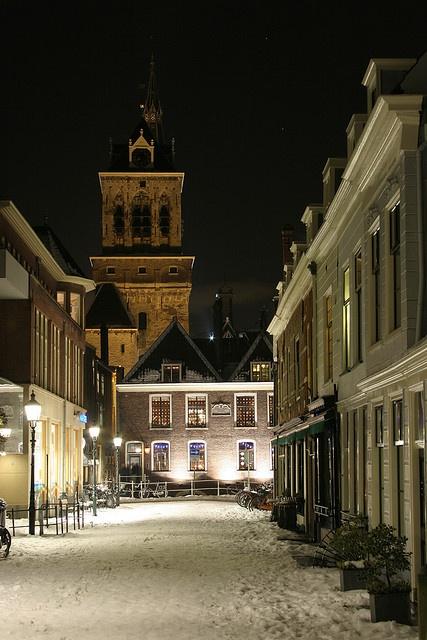 ♥ Delft - Boterbrug - de besneeuwde straat is een brug, waar boten onder door varen - op de achtergrond de achterkant van het Stadhuis