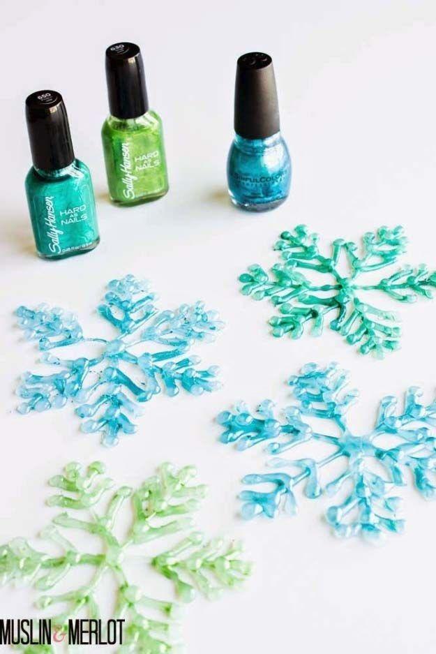 Hacer Querido poco decoraciones de invierno mediante el uso de una pistola de pegamento y esmalte de uñas.