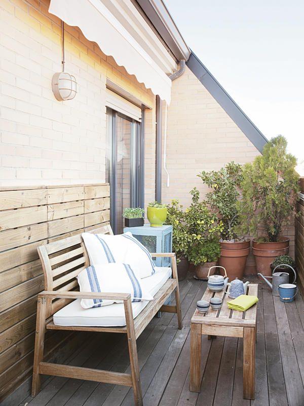 #Terraza con muebles, suelo y zócalo de madera