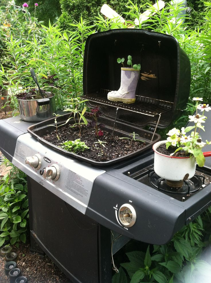 Great idea for an old grill to add some flava to your yard #diy #awesome #grill #garden