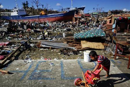 11月18日、世界銀行は、異常気象による年間の経済損失規模が過去10年間で約2000億ドルに膨らんだとする報告書を公表した。写真は台風で被災したタクロバンで同日撮影(2013年 ロイター/Damir Sagolj)  ◇  ▼19Novロイター|異常気象による経済損失、10年間で年2000億ドルに増加=世銀 http://jp.reuters.com/article/topNews/idJPTJE9AH01W20131118
