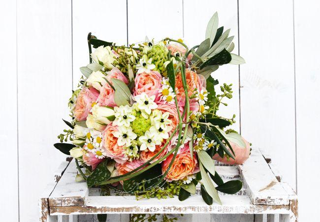 #Wow #very #Vintage in #lachs und #grün #Olivenblätter verstärken den #Vintagelook zudem - #bridalbouquet #bride #weddinginspiration #brideinspiration