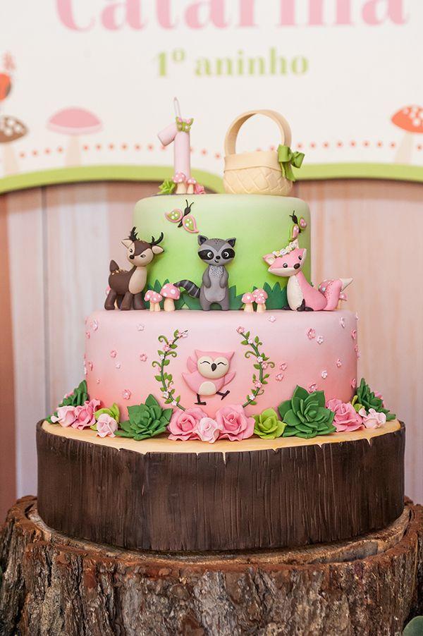 O primeiro ano da Catarina foi comemorado com uma festinha linda decorada com o tema Bosque Encantado. Peças da Pop Mobile deram charme ao decor
