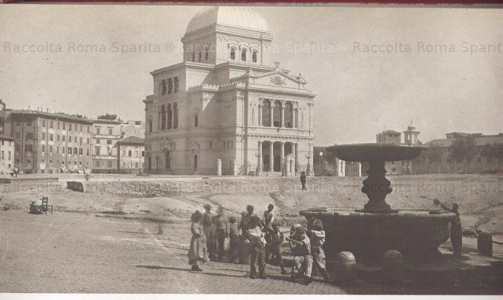 The Synagogue and the Fountain of Tears (now in the square of 5 Schole)  Year 1912 The Tiber is on the right, you can also see the Tiber Island & Jewish bank  now with picturesques houses overhanging the Tiber.  The desolation comes from having razed the heart of the city, narrow streets & houses.
