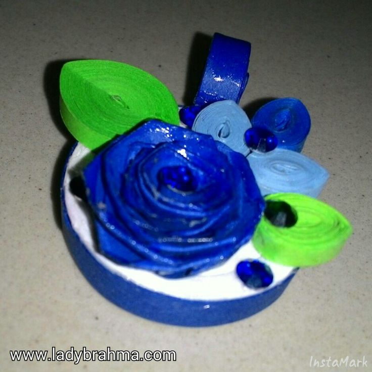 Quilled floral pendant