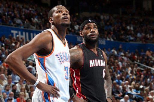 13-14NBA、オクラホマシティ・サンダー(Oklahoma City Thunder)対マイアミ・ヒート(Miami Heat)。試合に臨むオクラホマシティ・サンダーのケビン・デュラント(Kevin Durant、左)とマイアミ・ヒートのレブロン・ジェームズ(LeBron J...