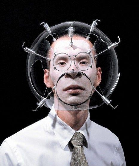 Depuis 1999 l'artiste Hyungkoo Lee crée des casques transparents qui ressemblent à ceux des combinaisons spatiales, munis de lentilles et de trous ils déforment l'apparence de celui qui les portent.