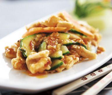 Sväng ihop denna chilikyckling med ingefära på ett kick. Fräs bara ihop chili, hoisinsås, ingefära och vitlök hastigt före du lägger ner moroten, gurkan, risvin, risvinäger och stekt kyckling. Supergott och med en hint av Asien.