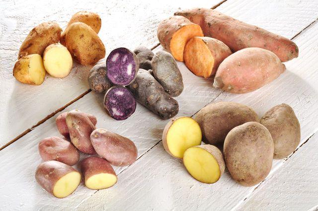 Лучшие сорта картофеля для варки — с красной и розовой кожурой, поскольку они не очень крахмалистые и хорошо держат форму