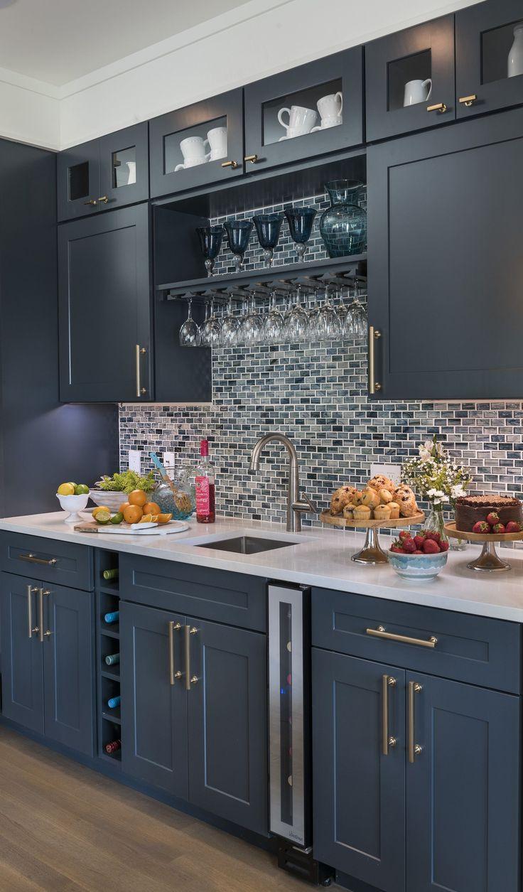Ce refroidisseur à vin de sept bouteilles de Vinotemp nous a inspiré à utiliser cet espace de cuisine …