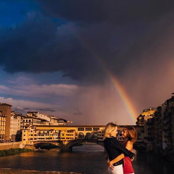 For the next 3 days I'll be in Florence for the @flytographer global meetup⭐️ It's so nice meet all colleagues around the world here 😍 So this is the perfect day for sharing another photo of this amazing couple and this awesome landscape 👊🏻✨ • #alicecoppolaphotography #gettingmarried #florence #flytographer #igersfirenze #love #loveislove #woodenbanana