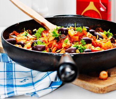 Bjud på en smak av södra Frankrike med denna saftiga kycklinggryta! Sin karaktäristiska, mumsiga smak får grytan av bland annat dragon och timjan som får koka in. Bjud på din sydfranska, tilltalande gryta med ris.