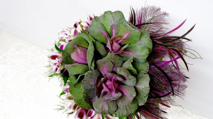 Bouquet de brassica et plumes