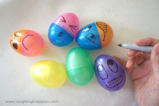 Jucați-vă de-a emoțiile! Nu aveți nevoie decât de niște ouă de jucărie care se unesc la jumătate. Desenați pe ele câte o emoție (puteți să vă inspirați din emoticon-urile din telefon sau cele din mesajele de pe Facebook). Apoi schimbați-le între ele și lăsați-i pe copii să le explice și să le imite. Corectați-i unde nu citesc corect emoțiile și nu uitați să faceți poze cu strâmbăturile lor