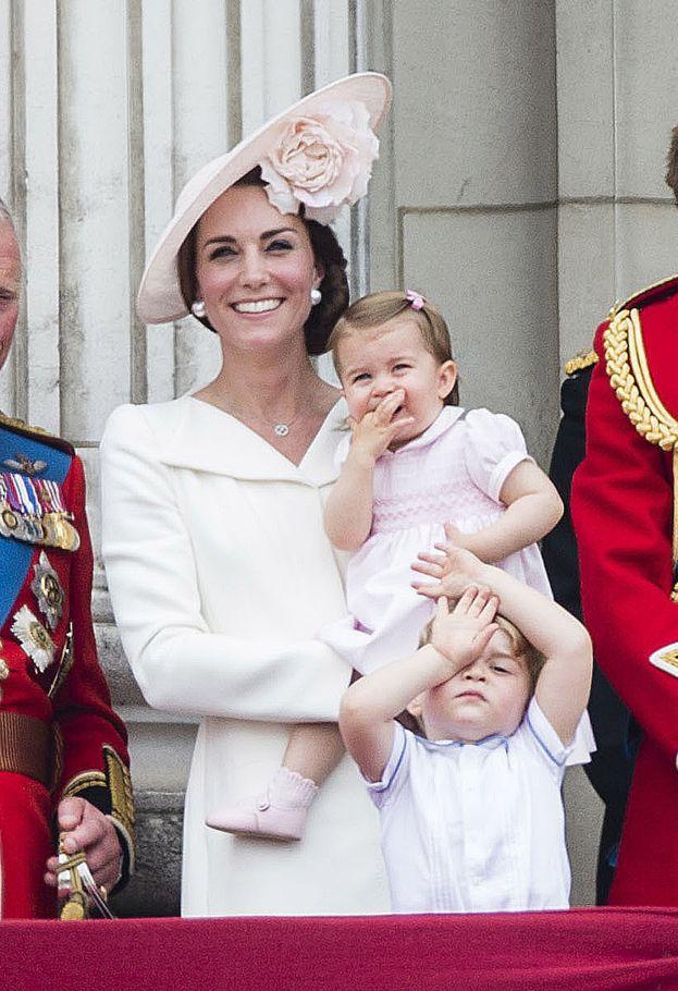 Córka Williama i Kate debiutowała na balkonie pałacu Buckingham! (ZDJĘCIA) - PUDELEK