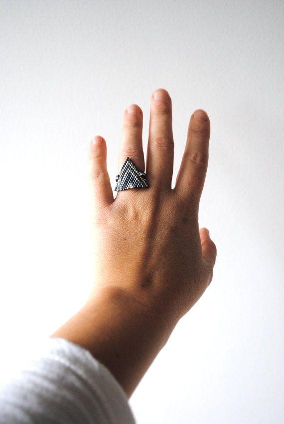 Bague tissée, réalisée avec des perles de qualité de la marque Miyuki.  Les couleurs des perles sont : noir métallisé, gris ( plaqué argent).