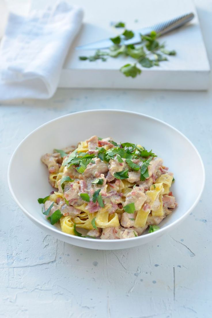Pasta carbonara met kip en spek https://njam.tv/recepten/pasta-carbonara-met-kip-en-spek