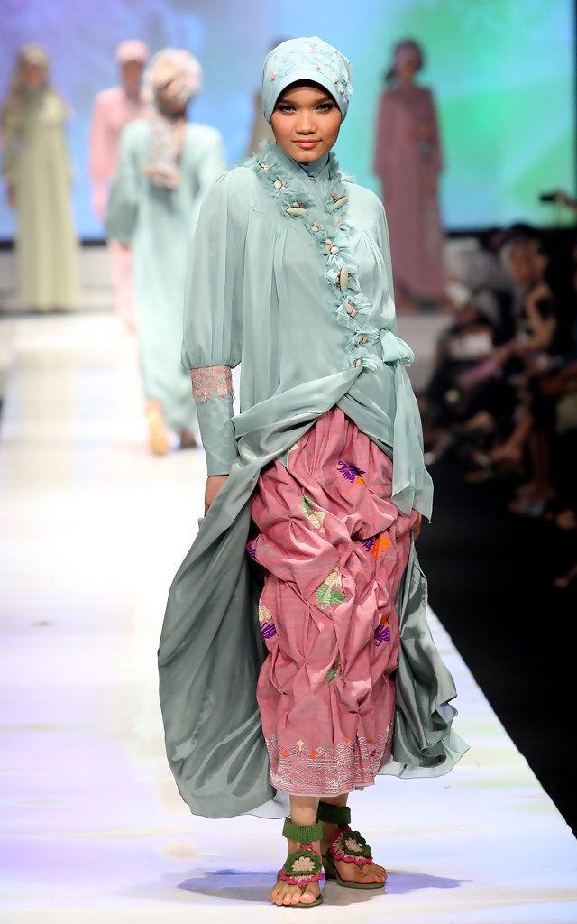 http://www.zimbio.com/pictures/pauxFTCg-92/Jakarta Fashion Week 2009 10 Day 3/YFLvVK044pA