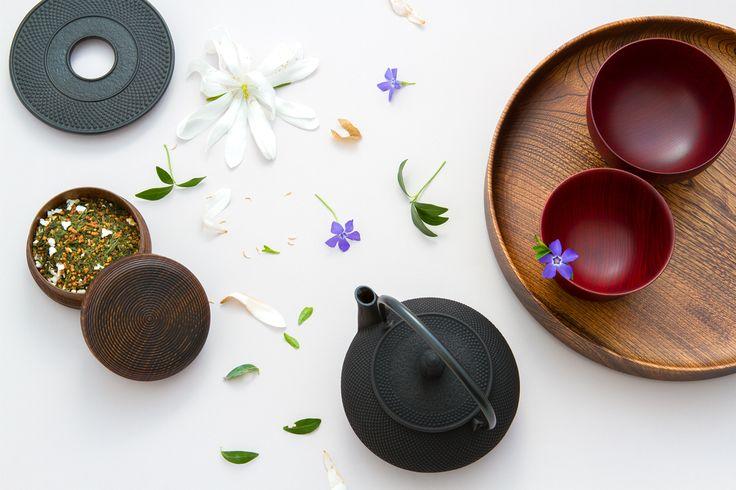 Grüntee ist nicht nur für die kalte Jahreszeit geeignet. Ein japanischer Grüntee mit leicht fruchtiger Note kann den Frühling ebenso einläuten, wie die blühenden Blumen im eigenen Garten. :) #Grüntee #japanischerGrüntee #Teedose #Teekessel #GusseisenTeekessel #Gusseisen #Frühling #grünerTee #Tee #Teezeremonie #Teeschale