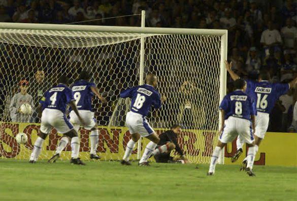 Geovanni ,  cobrando falta, consagrou o Cruzeiro,  Campeão da Copa Do Brasil!  2000