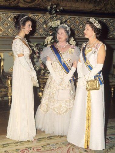В Cartier ореол тиара была подарком королевы Елизаветы (центр) в 1936 году. Затем она прошла в на ее дочь, нынешняя королева Елизавета (справа), который одолжил ее как ее сестра, Принцесса Маргарет и ее дочь, Принцесса Анна (слева, надев диадему).