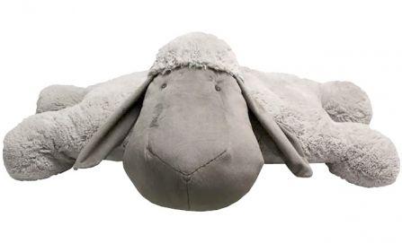 Peluche mouton Lena XL by Quax // Une peluche comme coussin ou au pied du lit ? Le doudou Léna, très grand, est à la fois peluche et décoration de lit, ou tapis.