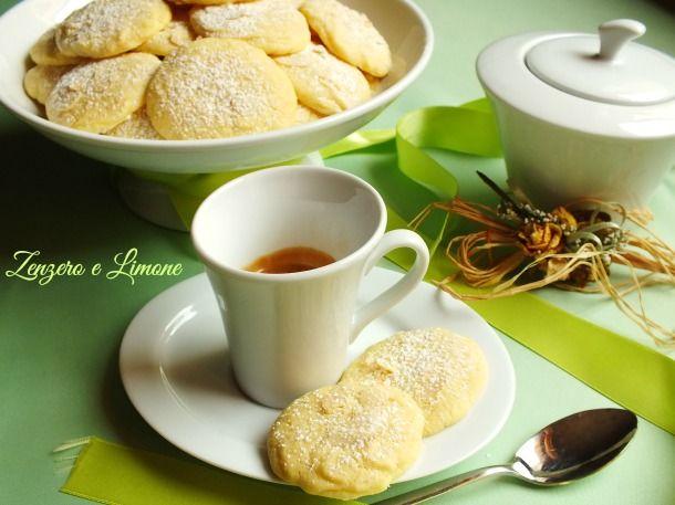 Questi biscotti morbidi alla panna sono dei dolcetti estremamente delicati, perfetti per accompagnare una tazza di tè o di caffè.