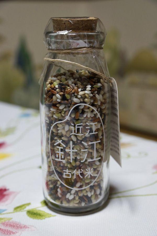 川端(かばた)で有名な針江地区の「のんきぃーふぁーむ」製の古代米。 朽木まるきゅうの古代米と同じく、餅米の古代米である。  有機栽培の赤米2種・黒米・緑米・滋賀羽二重糯の色合いがとてもキレイで、もちもち感の強い古代米である。  おしゃれな瓶入のものは、ちょっとした手土産げとしても重宝しそうである。