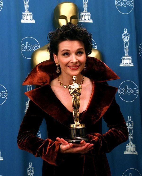 """IlPost - Juliette Binoche con l'Oscar vinto come miglior attrice non protagonista nel film """"Il paziente inglese"""", nel 1997 (AP Photo/Reed Saxon) - Juliette Binoche con l'Oscar vinto come miglior attrice non protagonista nel film """"Il paziente inglese"""", nel 1997 (AP Photo/Reed Saxon)"""