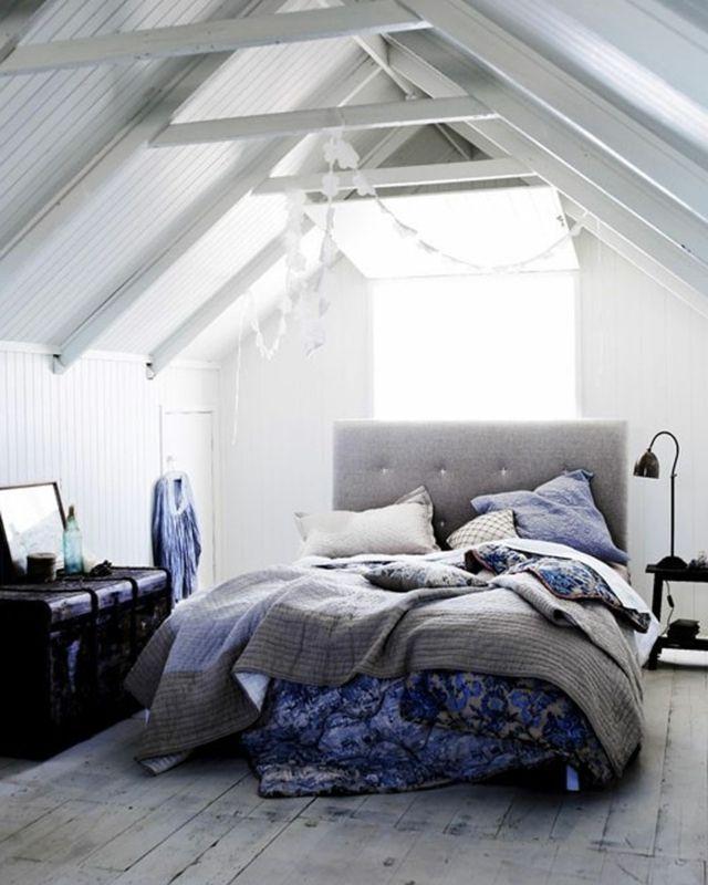 Chambre aménagé dans les combles en blanc et bleu