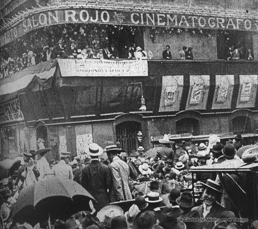 """Imagen de un fotograma que muestra al legendario cinematógrafo """"Salón Rojo"""", instalado en la antigua casa de José de la Borda (Madero y Bolívar), durante una de las festividades del Centenario de la Independencia."""