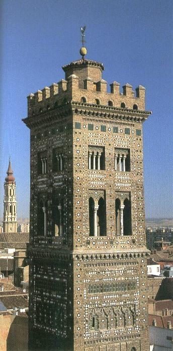 Torre de la Magdalena y, al fondo, Torre de La Seo