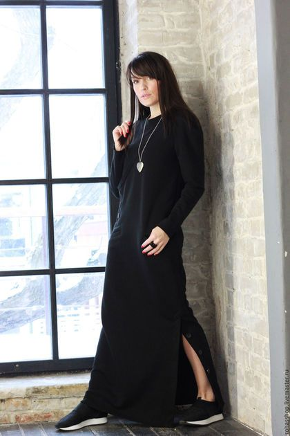 Купить или заказать Платье Black Dune в интернет-магазине на Ярмарке Мастеров. Очень мягкое платье из плотного, трикотажного хлопка. Платье макси, прямого кроя, с длинными рукавами, вырез горловины круглый , два кармана, края у рукава и подола не обработаны. У платья есть один боковой разрез внизу, на пуговицах. Вы можете смело надеть платье с любой обувью, даже спортивной, так как в платье присутствует легкий гранж, и спортивный шик.