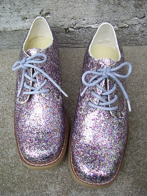 How to cover your shoes in glitter without making a mess...I'm totally doing this.