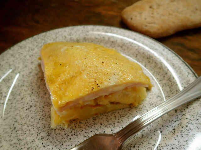 マヨ・ハム・ポテトのスパニッシュオムレツ    みんな大好き、スペイン・バルの朝食の味。    材料 (3~4人分) オリーブ油 大さじ3 じゃがいも 1個(200g前後) 塩 小さじ1弱 卵 1+3個 ハム 3枚ほど とろけるチーズ ひとつかみ マヨネーズ 適宜
