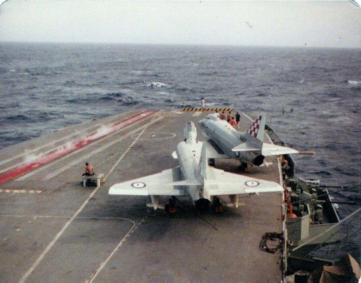 """A-4G Skyhawk aparcados en el portaaviones """"HMAS Melbourne (R-21)""""."""