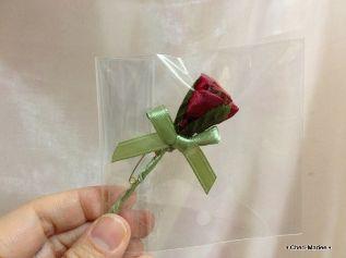 タキシードLサイズブラックについている、赤いバラのブートニアです。わりと大きめで存在感があります。