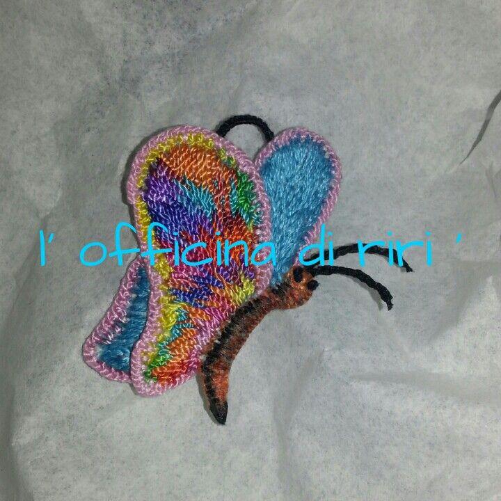 Ciondolo FARFALLA che ho realizzato ricamando un pesante tessuto d'arredamento con filo di seta e filo lucido acrilico multicolore.