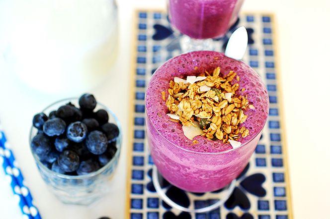 Granolatoppad blåbärssmoothie med vanilj.   En härligt somrig smoothie med intensiv blåbärssmak och krispig granola på toppen. Smoothien är enkel och snabb att fixa men ger en riktigt lyxig touch till frukosten!