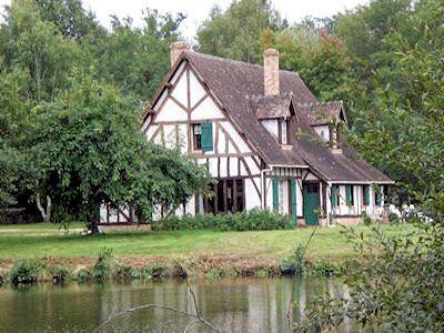 Villa met zwembad in Centre in Presly (Frankrijk)  Dit vrijstaande vakantiehuis met privé zwembad is gelegen in Presly ca. 35 km ten noorden van Bourges in het centrale deel van de Loire streek. Het huis ligt op een groot bosrijk terrein van 13 ha. met een grote vijver en een vennetje. De afstand tot het dorpscentrum van Presly bedraagt 500 meter. Het huis is modern ingericht en van alle gemakken voorzien. De streek rondom het huis is heerlijk groen met veel bossen. Ongeveer 75 km naar het…
