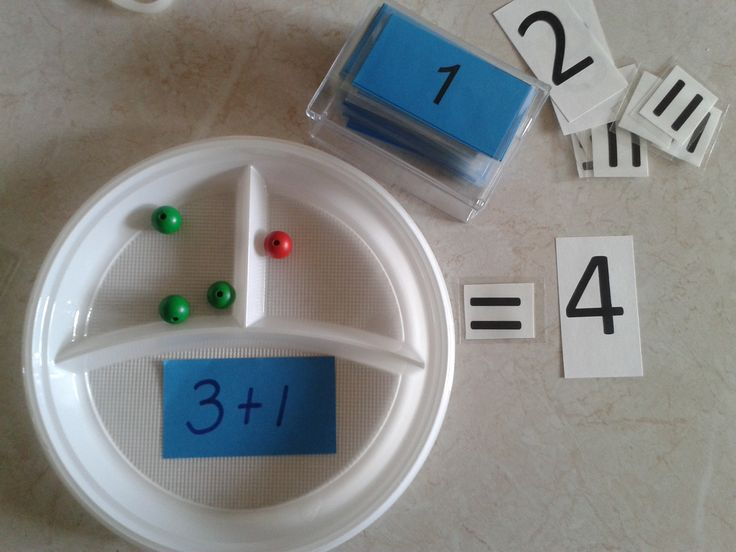 Splitsbordje erbijsommen. Op de achterkant van het sommenkaartje staat het antwoord. De kinderen kunnen dan zelf controleren of ze het goede hebben neergelegd.