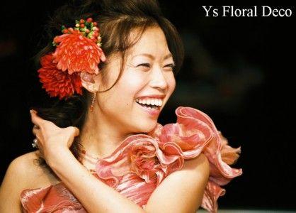 ダリアのような新婦さん。髪飾りにダリアのお花を。 こちらの新婦さんのお色直しです。このお写真のばっちりのヘアスタイルと笑顔を見て、胸がじんと熱くなりまし...