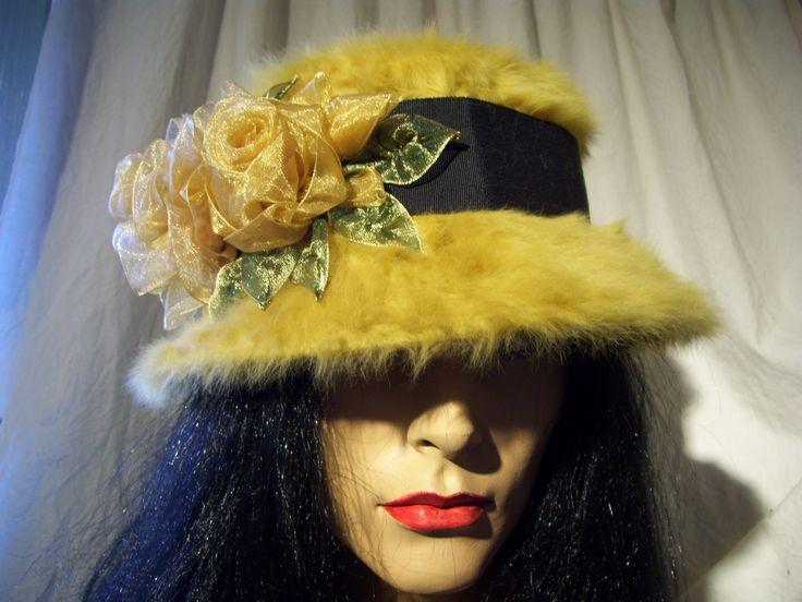 Chapeau de feutre fourrure jaune or décoré de rose d'organza. Création Suzanne Poissant Modiste