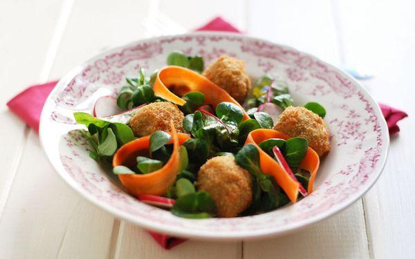 Polpettine vegetariane al curry di lenticchie, patate e provola dolce su un'insalata di valeriana, foglie di bietola, carote e ravanelli.