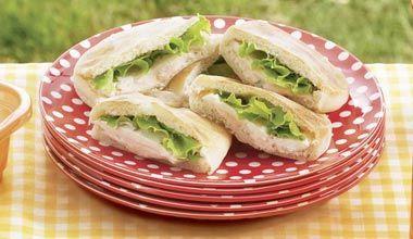 Sanduíche aberto de pão sírio, recheado com pasta de presunto e Creme de Leite NESTLÉ, MAGGI Tempero e Sabor, cebolinha, alface e queijo branco