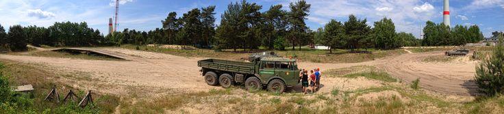 Tatra 813 auf der Offroadstrecke der Panzerfahrschule bei Mahlwinkel. Unterweisung der Fahrer vor Antritt der Fahrt.