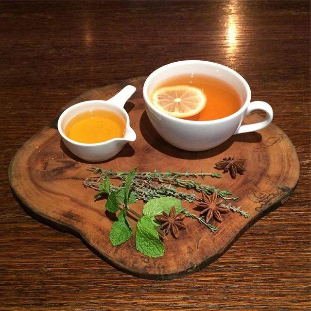 Главный национальный шотландский напиток — горячий чай, сопровождаемый большим количеством сладостей (печенье, блины, овсяные лепешки, кексы, джемы, мармелады), а также копченостей. Такой «большой чай» обычно устраивают поздно вечером, в отличие от английского файв-о-клок. Сегодня в чай могут добавлять ароматные травы или фруктовые добавки. Из выпечки на весь мир славятся здешние пироги с ягодами, а также имбирное, песочное и овсяное печенье (Шотландия, кстати, считается родиной последнего)…