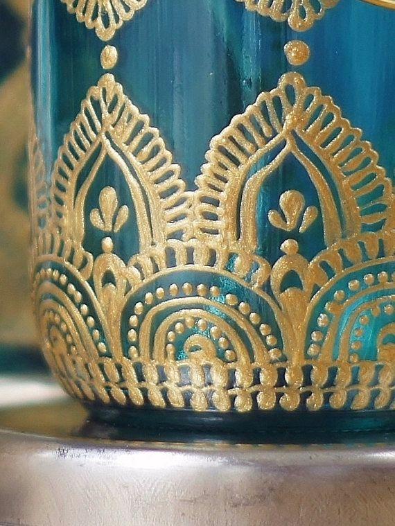 Zigeuner Decor Einmachglas Kerzenhalter, Türkis-Glas mit Gold Detaillierung dieser einzigartigen Laterne nimmt das Einmachglas auf ein ganz neues Niveau! Perfekt für jeden Fall Heim gestaltete Eleganz hinzufügen, aus eine verschwenderische Hochzeit für ein Abendessen auf Ihrer eigenen Terrasse. Diese Laternen können im freien Bedingungen-steht oben groß, Wind und Regen standhalten. Eine Auflistung dieser aufgereiht in einer warmen Nacht könnte eine wunderbare Alternative zu den üblichen…